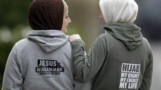 """Models tragen Mode des Labels """"Style Islam"""". In Deutschland haben zwei Kopftuchträgerinnen erfolglos geklagt."""