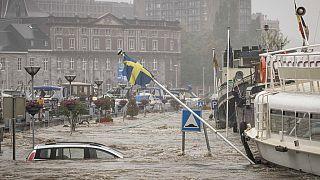 A heves esőzésektől megduzzad Meuse folyó Liége-nél öntött ki - a képet 2021. július 15-én készítették