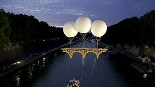 À Rome, un pont en carton s'est élevé sur le Tibre, suivant les traces de Michel-Ange
