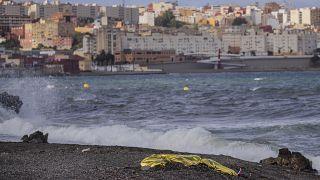 جثة شاب ملقاة على الشاطئ بعد أن انتشلها عناصر الشرطة الإسبانية من المياه المقابلة لمدينة سبتة شمال المغرب. 2021/05/20