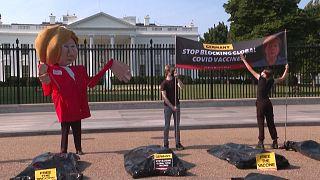 """شاهد: ناشطون يحتجون خارج البيت الأبيض ويدعون إلى """"تحرير اللقاح""""..بينما يستضيف بايدن ميركل"""