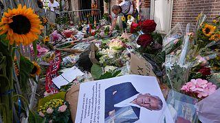 Flores no local onde De Vries foi alvejado com cinco tiros