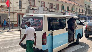 Transeuntes numa rua de Luanda
