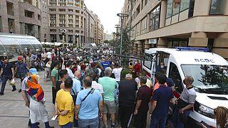 Des personnes font la queue pour se faire vacciner contre le coronavirus dans une station de vaccination mobile au centre d'Erevan, en Arménie, mercredi 14 juillet 2021