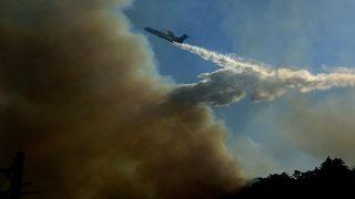 Ρίψη νερού από πυροσβεστικό αεροπλάνο στην προσπάθεια κατάσβεσης δασικής πυρκαγιάς που ξέσπασε σε δύσβατη περιοχή στους Βουρλιώτες Σάμου