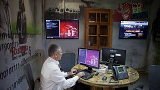 نائب رئيس شركة الكهرباء الإسرائيلية، ياشا هاين، يعمل على جهاز كمبيوتر في مدرسة متخصصة بالأمن الرقمي في مدينة الخضيرة.