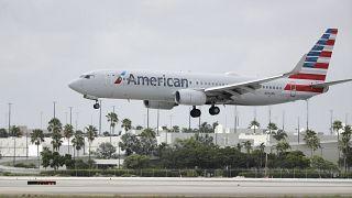 طائرة بوينج 737 تابعة للخطوط الجوية الأمريكية تهبط في مطار ميامي الدولي في الولايات المتحدة.
