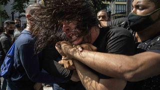عنصر من الشرطة الكوبية بثياب مدنية يعتقل متظاهر خلال احتجاج على ارتفاع الأسعار ونقص الغذاء وانقطاع التيار الكهربائي في هافانا، كوبا.