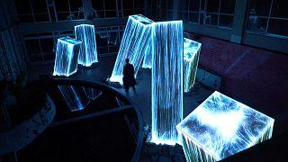 عرض تفاعلي بالضوء والصوت يمزج الطبيعة بالفن