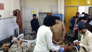 Пакистанские врачи оказывают помощь раненым