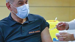 Slovenya Başbakanı Janez Jansa Covid-19 aşısı olurken.