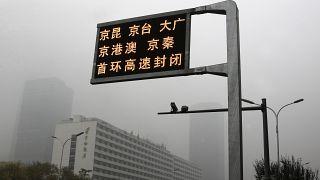 14 novembre 2018: un cartello stradale segnala la chiusura delle autostrade a Pechino, mentre la capitale della Cina è oscurata da un forte smog,