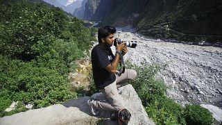 مصور رويترز دانيش صديقي يصور الفيضانات الموسمية والانهيارات الأرضية في الروافد العليا لغوفيندغات في الهند . 2013/06/22