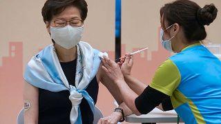 الرئيسة التنفيذية لهونغ كونغ، كاري لام، تتلقى الجرعة الثانية من لقاح سينوفاك في مكتب الحكومة المركزية، في هونغ كونغ، الإثنين 22 مارس 2021