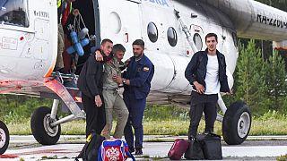 Пассажиров Ан-28 эвакуируют на вертолете
