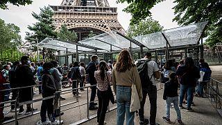 Des touristes attendent de pouvoir visiter la tour Eiffel, vendredi 16 juillet 2021