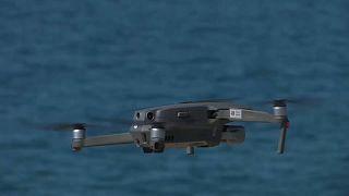 Cataluña está poniendo en marcha una serie de medidas para combatir el nuevo brote de COVID. Hasta el 22 de agosto, dos drones sobrevolarán las playas de Sitges.
