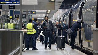 مسافرون قادم��ن من فرنسا إلى بريطانيا عبر قطارات شركة يوروستار