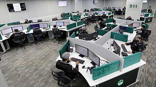 رجال شرطة سعوديون يتلقون مكالمات في المركز الوطني للعمليات الأمنية في مكة المكرمة قبل أيام من موسم الحج،  16 يوليو، 2021