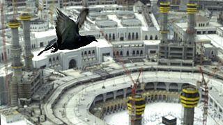 Die zentrale Pilgerstätte Große Moschee in Mekka ist, aus der Vogelperspektive betrachtet, nur ansatzweise mit Menschen gefüllt
