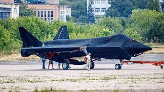 وصورت الطائرة الحربية الجديدة القابعة تحت غطاء قماشي وهي تسحب إلى موقف سيارات، خارج موسكو، حيث يفتتح معرض MAKS-2021 الدولي للطيران والفضاء يوم الثلاثاء