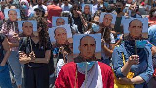 متظاهرون غاضبون يحملون صور نزار بنات ويرددون شعارات مناهضة للسلطة الفلسطينية خلال مسيرة احتجاجية على وفاته ، في مدينة رام الله. 2021/06/24