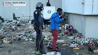 تصاویری از آفریقای جنوبی؛ تعقیب و گریز غارتگران در انبارهای مشروبات الکلی