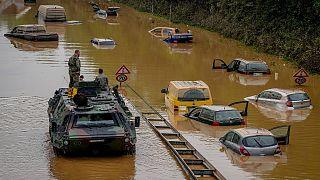 جنود الجيش الألماني يبحثون عن ضحايا في سيارات غارقة في المياه على طريق في إرفتشتات، 17 يوليو  2021