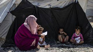 امرأة مع أطفال خارج خيمة في مخيم روج ، يأوي أفراد عائلات متهمين بالانتماء إلى تنظيم داعش، تم نقلهم من مخيم الهول في الحسكة شمال شرقي سوريا. 2020/09/30