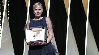 Abschluss in Cannes: Preisträgerin Julia Ducournau mit dem Objekt der Begierde in Händen