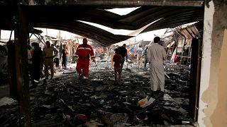 عمال الإنقاذ والمدنيون ينظفون موقع الحريق في جناح مستشفى فيروس كورونا حيث لقي عدة أشخاص مصرعهم في مستشفى الحسين التعليمي، في الناصرية