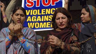 باكستانيات يقيدن أنفسهن خلال تجمع حاشد لإدانة العنف ضد المرأة. ملتان ـ باكستان. 2008/11/25