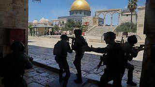 قوات الأمن الإسرائيلية خلال مواجهات مع فلسطينيين أمام مسجد قبة الصخرة في مجمع المسجد الأقصى في البلدة القديمة بالقدس، 18 يونيو 2021