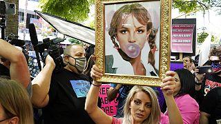 Britney-rajongó a Los Angeles-i bíróság előtt