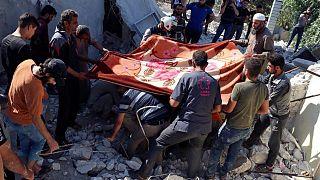 منقذون من الخوذ البيضاء يحفرون وسط أنقاض منزل مدمر أصابته صواريخ النظام السوري في قرية إبلين جنوب إدلب، 15 يوليو 2021
