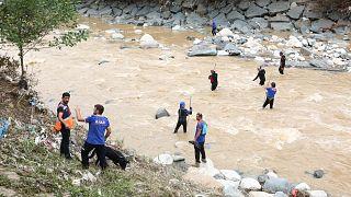 Sel ve heyelan yaşanan Rize'de halen kayıp olarak aranan 2 kişinin bulunması için 219 arama-kurtarma personeli görev yapıyor