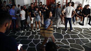 Multitud en una calle de la isla griega de Miconos antes de la pandemia