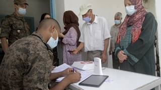 جندي يسجل أشخاصا قبل حصولهم على اللقاح في تونس