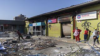 Afrique du Sud : déblayer les décombres et effacer les dégâts des émeutes