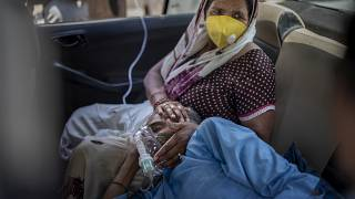 شخص يتنفس من خلال انبوبة أوكسجين بعد إصابته بكورونا في الهند