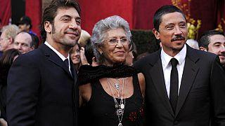 Pilar Bardem junto a sus hijos Javier (izquierda) y Carlos (derecha) en una gala de los Óscar