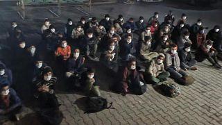 """Van'ın Erciş ilçesinde sürücüsü """"dur"""" ihtarına uymayan minibüste yurda yasa dışı yollarla girdiği belirlenen 60 düzensiz göçmen yakalandı"""