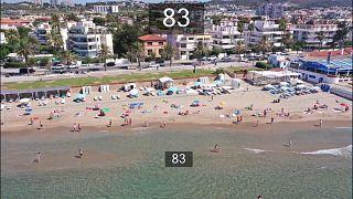 Imagem de drone indicando haver 83 pessoas na praia no momento do registo
