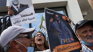 تجمع خارج قاعة المحكمة لإظهار الدعم لخالد دراريني في الجزائر العاصمة. 2020/09/15