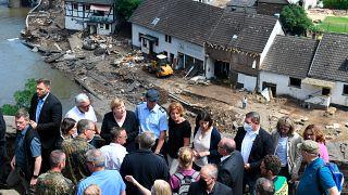 المستشارة الألمانية أنجيلا ميركل، وحاكم ولاية راينلاند بالاتينات الألمانية على جسر في شولد، غرب ألمانيا لمعاينة أضرار الفيضانات. 2021/07/18
