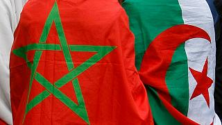 Fas (sol) ve Cezayir bayrakları