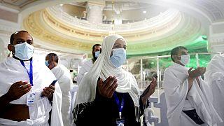Muszlim zarándokok imádkoznak a Kába-kőnél