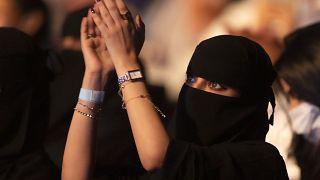 امرأة سعودية تشاهد حفلاً غنائياً للفنان محمد عبده في جدة في الثامن من يوليو
