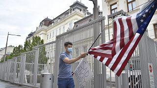 Avusturya'da ABD büyükelçiliği önünde, ABD'de yapılan 'Black Lives Matter' protestolarına destek veren bir kişi.