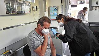 Mann bekommt Corona-Impfung in Köln-Chorweiler, 3.5.2021